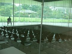 金沢21世紀美術館*レクチャーホールのAnt Chairたち.JPG