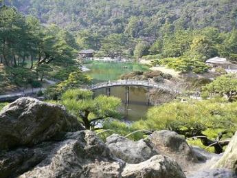 栗林公園_飛来峰から掬月亭・南湖を望む20070221.JPG