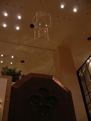 ホテル日航金沢*チャペルのお席のサイドの飾りと華奢なろうそく型照明.JPG