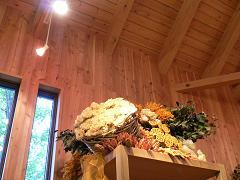 ファーム富田*ドライフラワーの舎_細長いガラス窓とオレンジ色のアレンジ.JPG