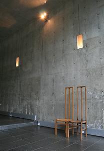 水の教会*安藤忠雄_コンクリートの壁と木の椅子.JPG