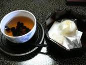 嵯峨沢館*お部屋の黒豆茶とお饅頭.JPG