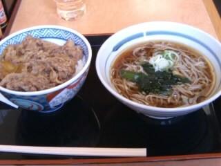 吉野家長津田店の牛丼と十割そばセット1