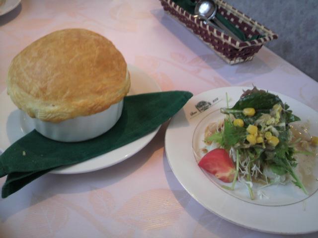 きのこスープのパイ包みとサラダ