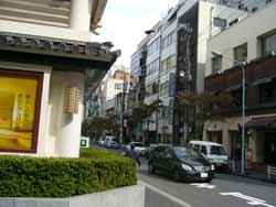 歌舞伎座右の道を入るとすぐ
