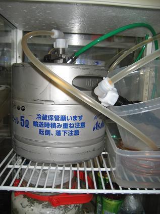 上にガスホースの穴、タッパーに銅管&氷.JPG