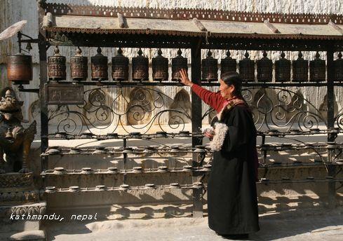 スワヤンブナート寺院でマニ車を廻すチベット信者