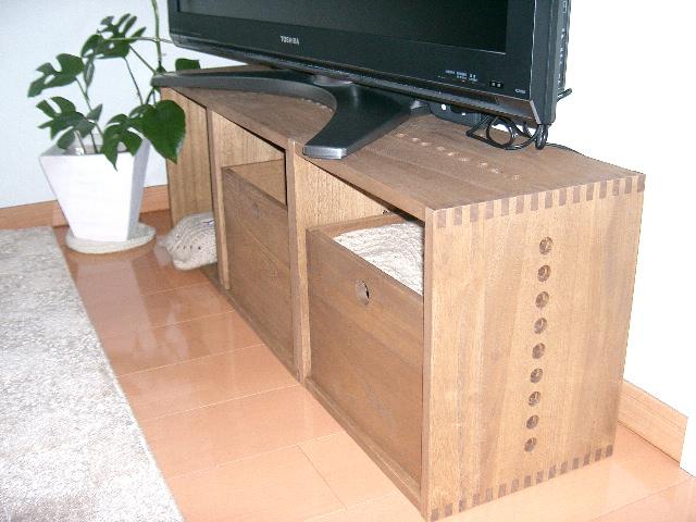 【テレビ台として】 色合い、材質が想像通りでした。我が家では、リビングの角に水槽をのせて設置しています。組み合わせを変えて別な使い方も出来るので、長く使えそうです。商品自体ものすごく軽いので移動も楽ですし、テレビなどの重い物を置けます。【子供部屋 無垢 木製 収納 ラック キューブ カラーボックス 本棚 絵本 おもちゃ 収納 図鑑 大型本】