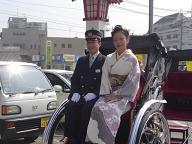 二日市イベント1(駅長&着物女性)