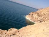 塩の柱の現場から死海を望む