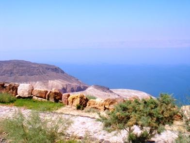 パノラマコンプレックスから眼下に死海を見下ろします