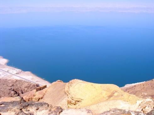 見下ろす死海はまさに絶景