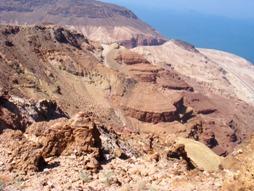 眼下の死海とごつごつした岩山が対照的