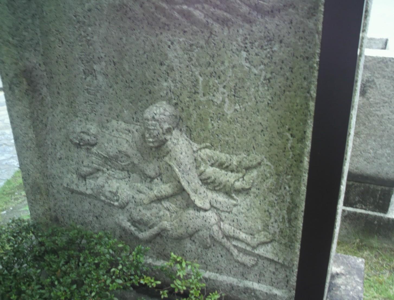吉村長慶「釈迦とキリストを揺すり起こす」石像