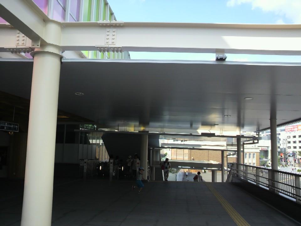 JR奈良駅東口階段の屋根を内側から見る