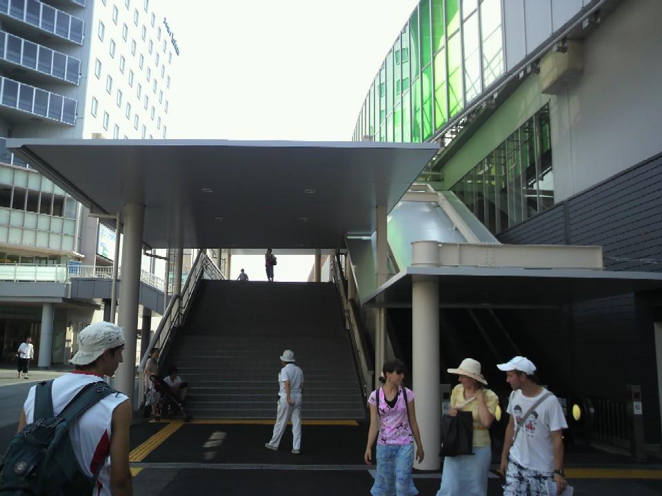 JR奈良駅東口階段の屋根を下から見る