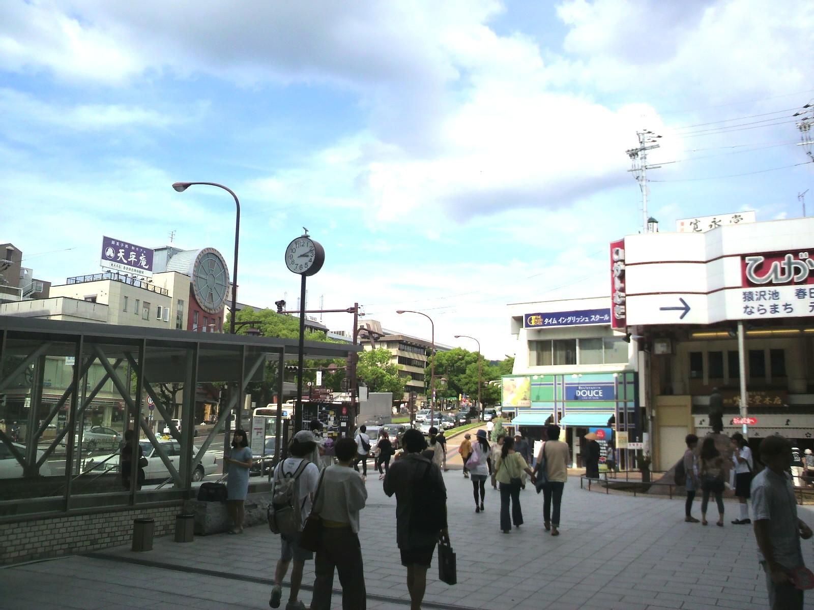 行基広場は伸びやかな大空がおもてなし