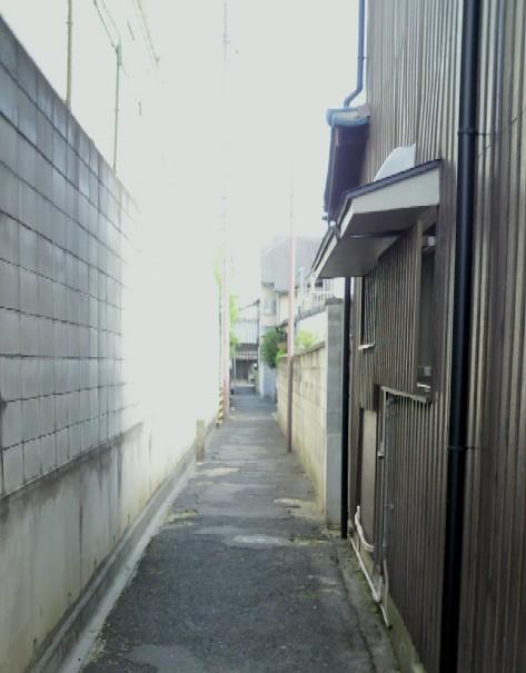 興善寺東側の路地を南へ向く