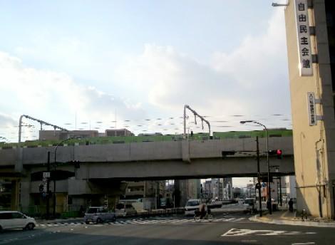 大宮通り上の引上線で待機する201系普通電車101227-1