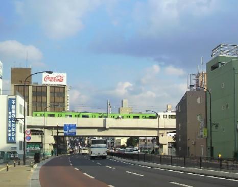 大宮通り上の引上線で待機する201系普通電車101227-3