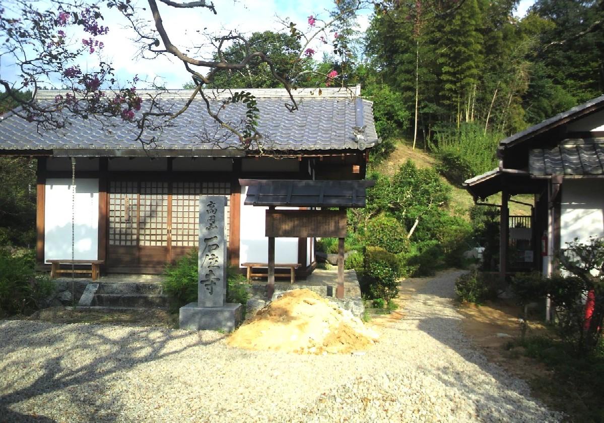 桜井市忍坂の石位寺境内