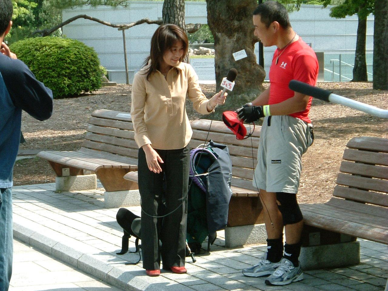20040512 HTV大隈レポータと(笑顔).JPG