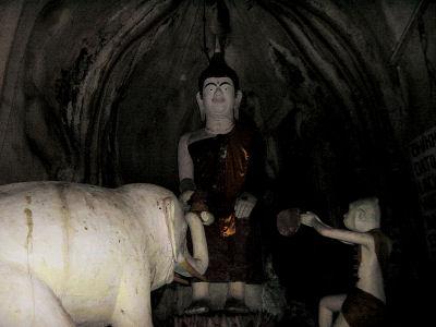 洞窟内の仏像.jpg