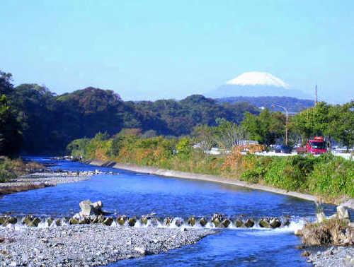 裏表紙「富士の見える川」b.jpg
