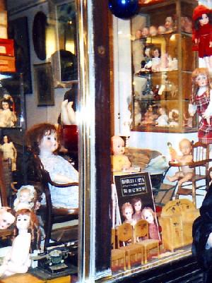パリのウインドウ・ショッピング(人形).jpg
