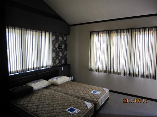 2階 主寝室カーテンとシェード   広島のボロアパートで家を叫ぶ ...