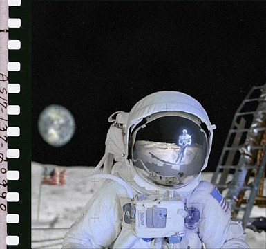 Dr.Manhattan photographs Armstrong