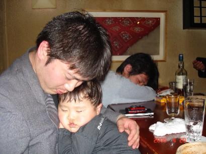 眠りこける父子