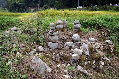 戸石の五輪塔群