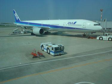 出発を待つANA020便