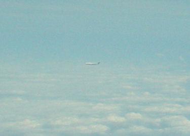 笑ってしまうほど速くすれ違う伊丹行き(?)の飛行機