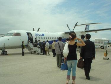 今度も空港の地面を徒歩で飛行機に向かいます