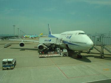 出発を待つANA63便