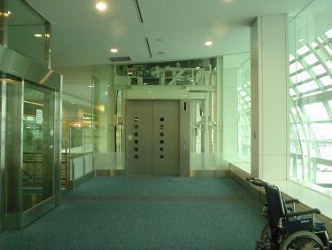 出発ロビー階の乗り継ぎエレベータ降り口