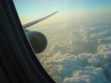 陽が傾き、染まり始める上空の雲。