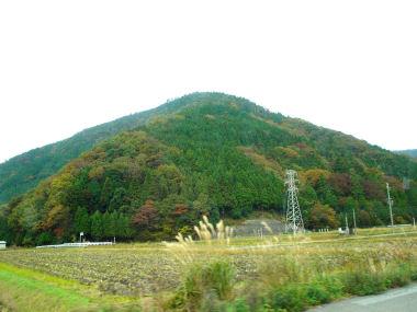 斑な紅葉の山々