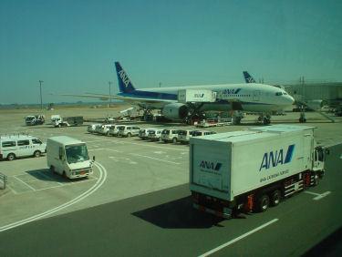 出発準備をするANA25便と通過中のトラック