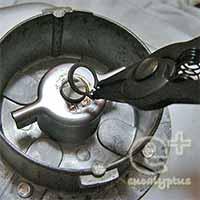 ■ホームベーカリー黒汁修理■ 1.パンケースの底面外側から、専用工具「プライヤー」で分解開始