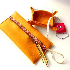 フェルト布をミシンで縫った ペンケース形ポーチ