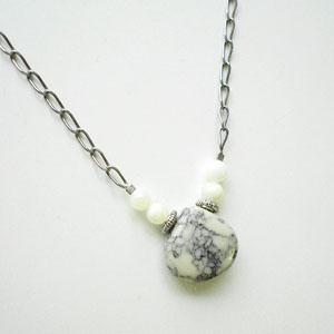 天然石ハウライト 平ドロップ型のネックレス