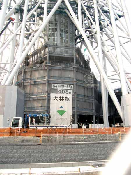 100802 の 東京スカイツリーのあしもと(現在のタワーの高さ408m)