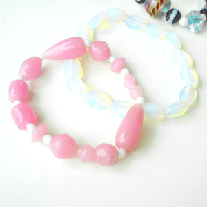 ピンクのインドビーズブレスとホワイトオパールブレスレット