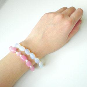 ピンクのインドビーズブレスとホワイトオパールブレスレット(着用)