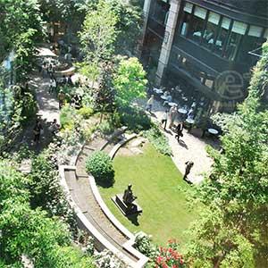 100602 三菱一号館美術館 中庭を美術館廊下から見下ろす