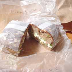 マルイチベーグルにて「7グレインハニー(フィグ)」に「ベジタブルクリームチーズ」と「はちみつセサミ」を半々でサンド