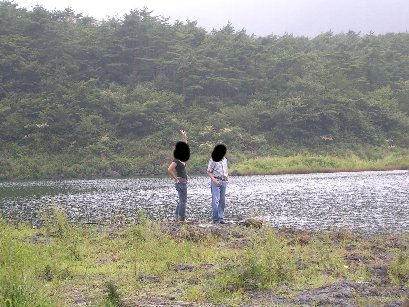 精進湖のほとり